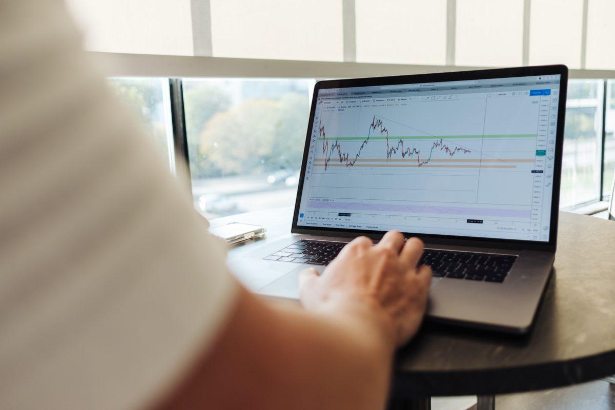 Investir en Bourse via un PEA ou une Assurance vie ? Mes conseils.
